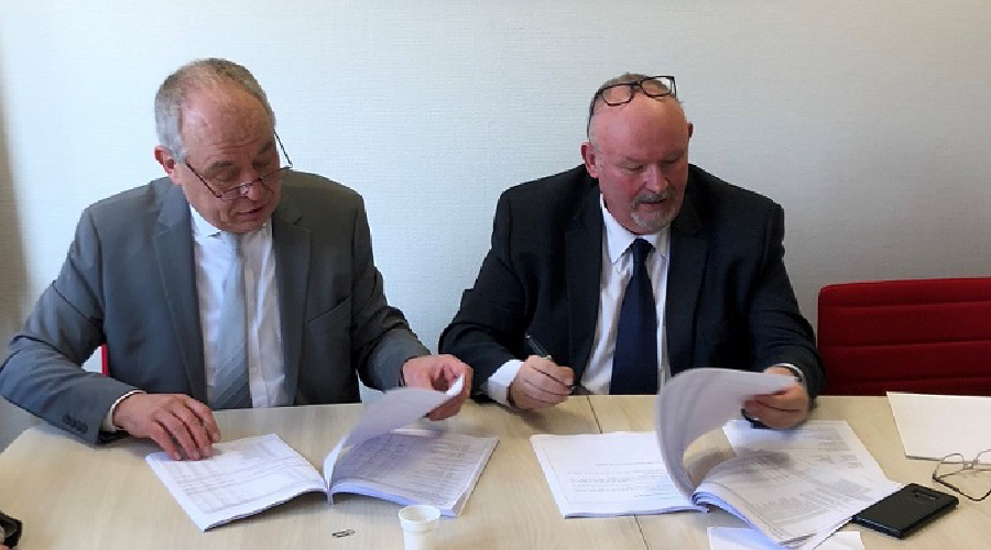 Stéphane Torrez, Chairman of Sopemea, signs the takeover of the company AEMC with its founding chairman Alain Charoy