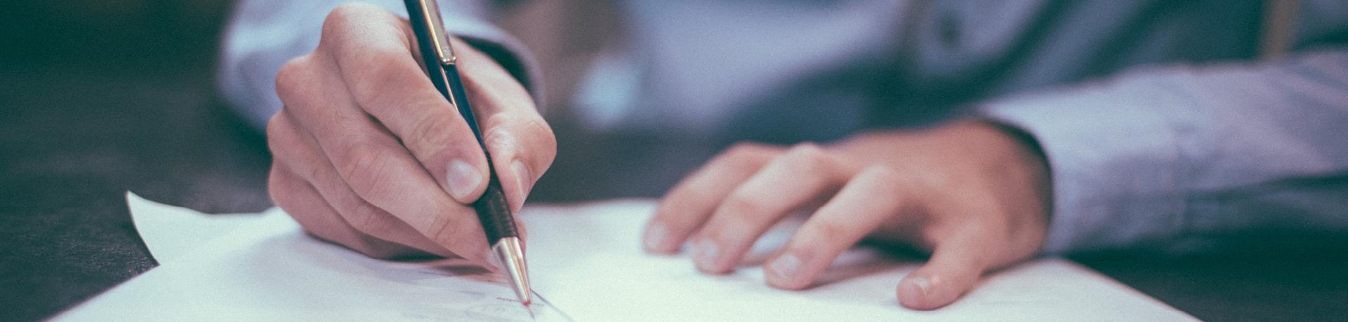 Un individu signe un papier