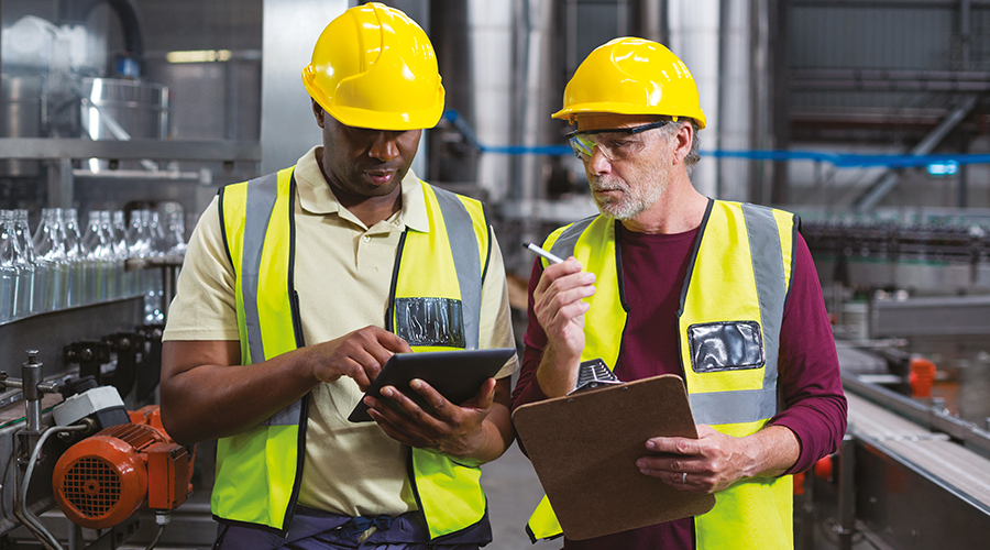 2 hommes dans un bâtiment industriel