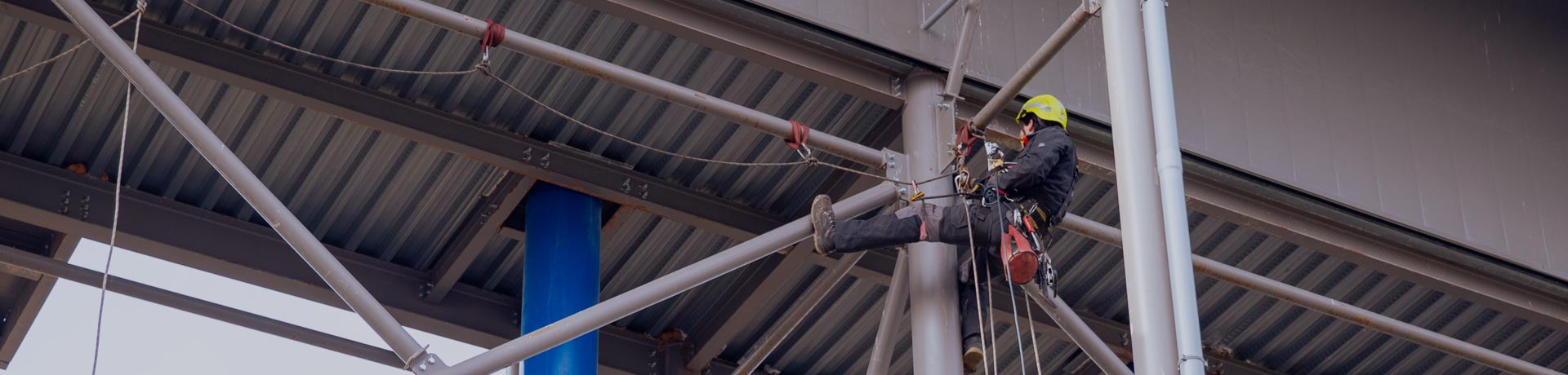 Rope worker performing a non-destructive test