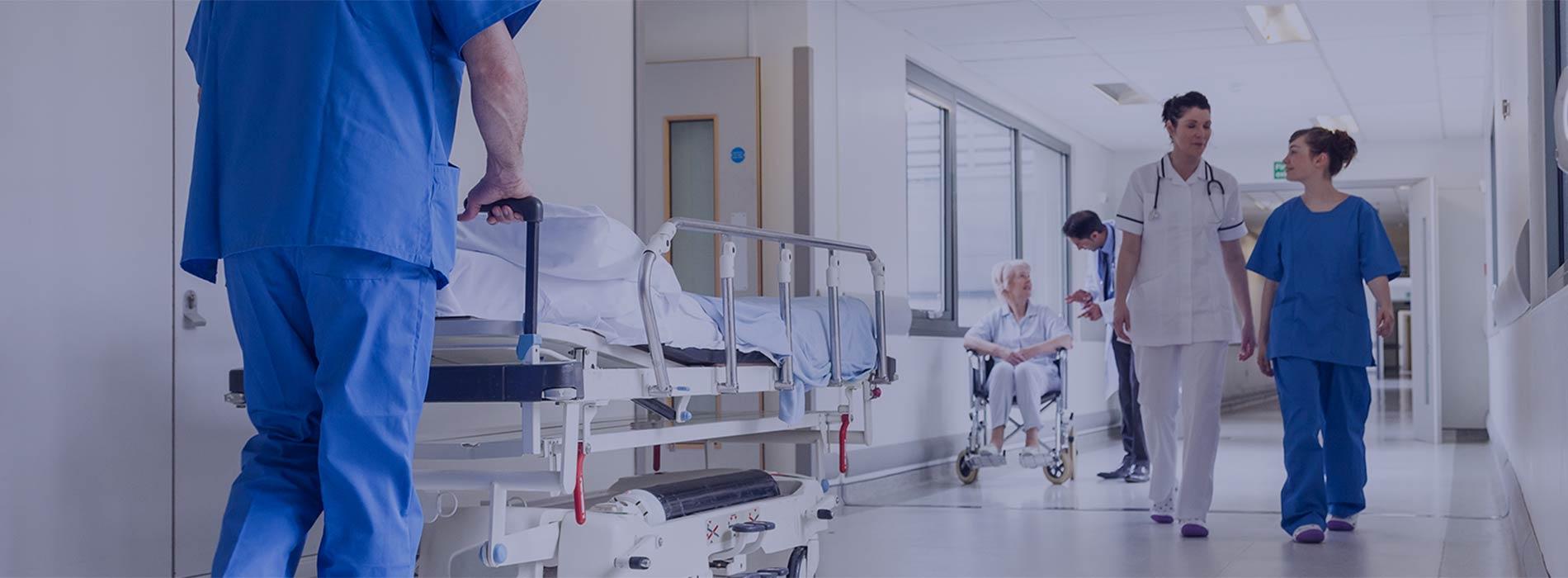 Des soignants et des patients passent dans le couloir d'un hôpital