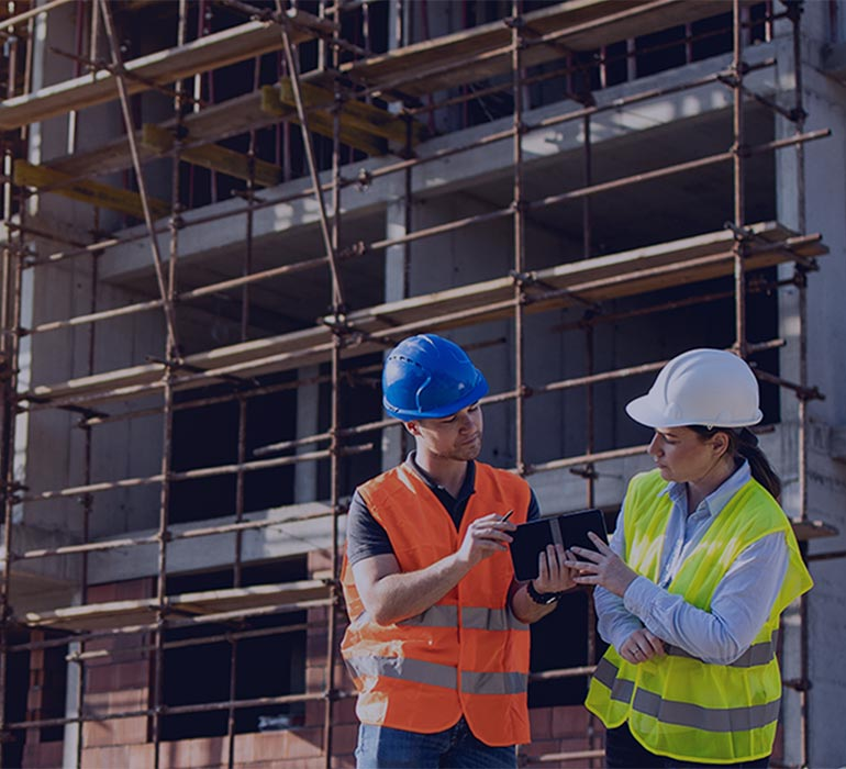 Des gens discutent sur un chantier de construction