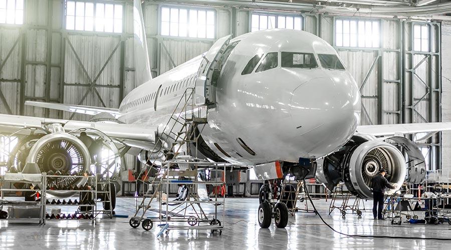 Un avion en train d'être contrôlé dans un hangar