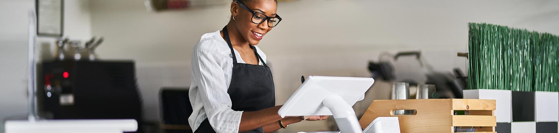 Une femme derrière un comptoir