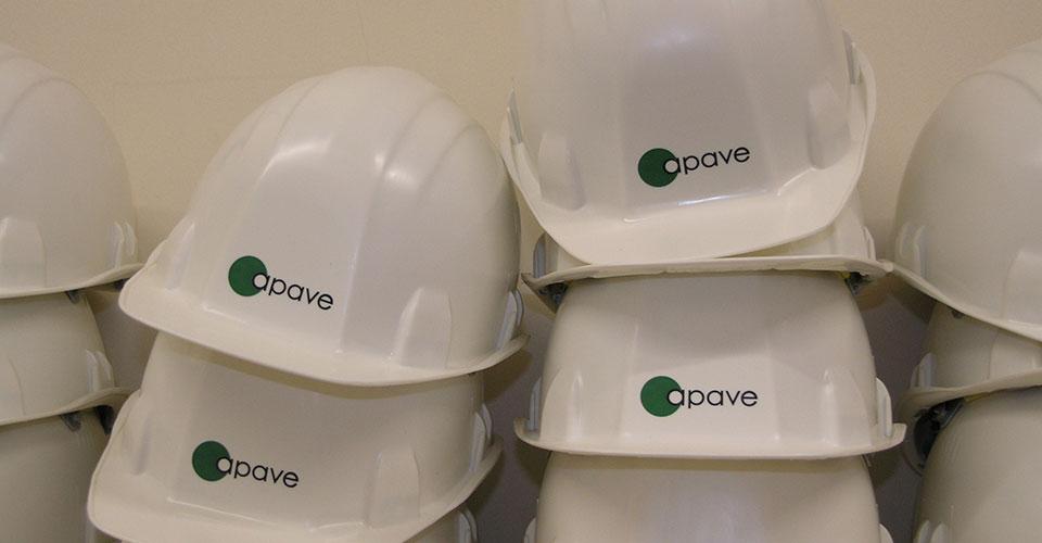 Des casques blancs portant le logo Apave