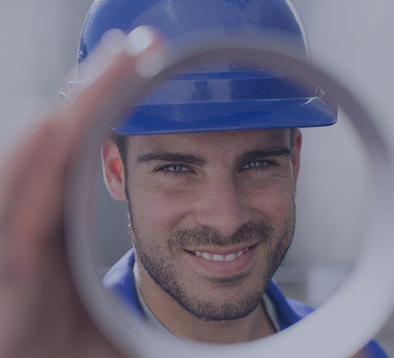 Un homme avec un casque bleu