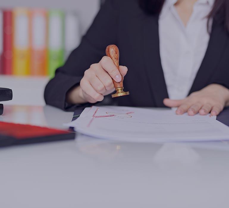 Une femme en train de tamponner un document