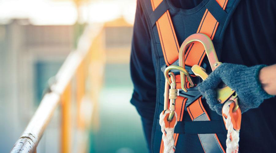 main sur un harnais de sécurité