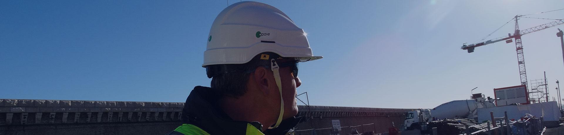 Un uomo che indossa un casco Apave in un cantiere