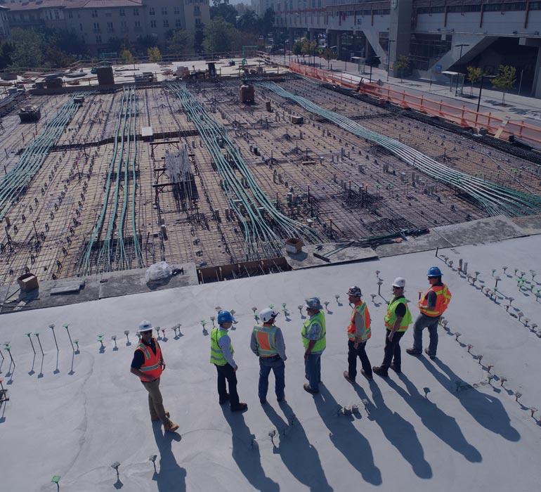 Ouvriers et clients sur un chantier de construction