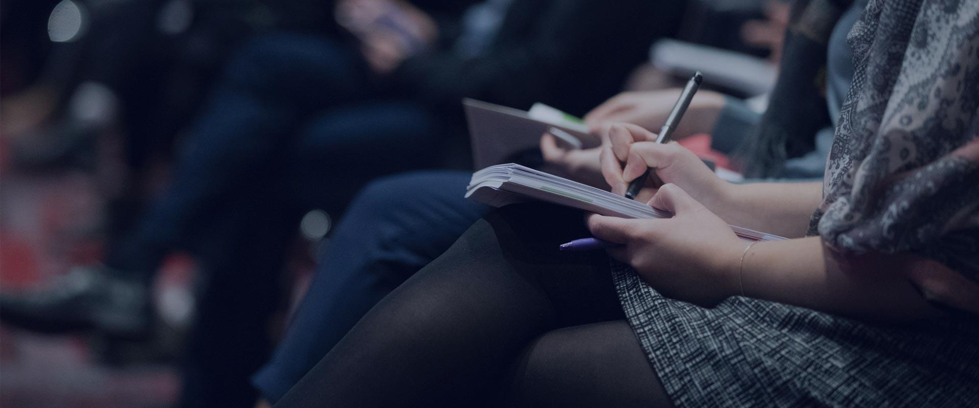 Femme prenant des notes lors d'une formarion