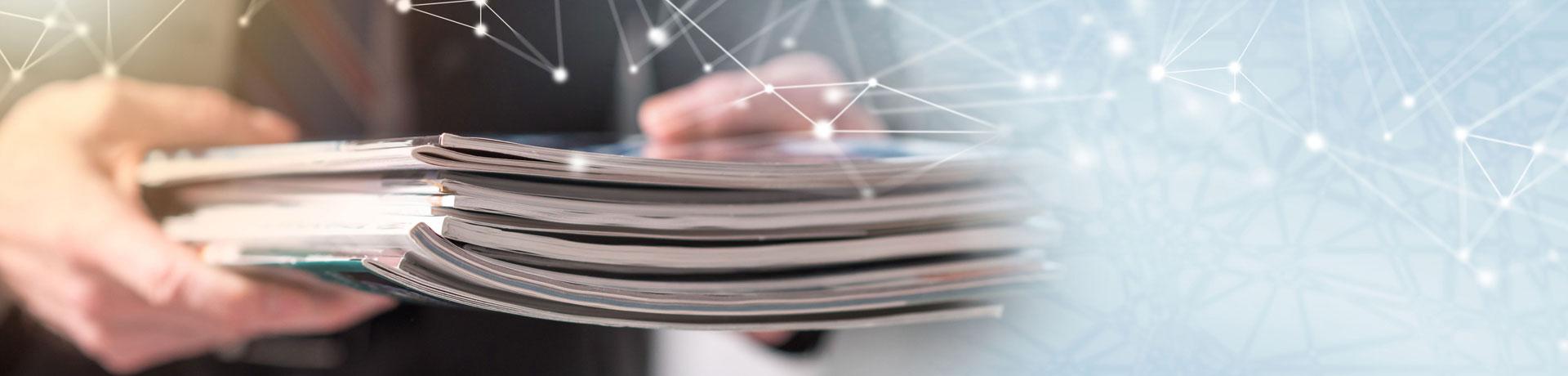 mains tenant des documents